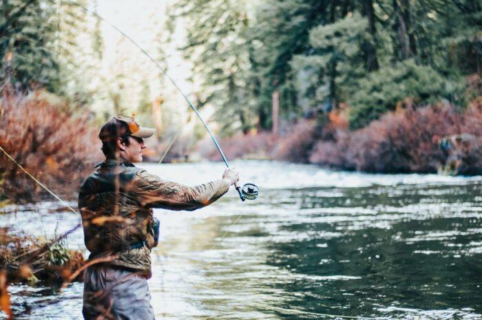 Rybář využívající rybářské tipy při chytání ryb.