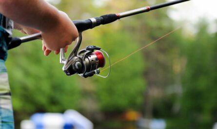 Rybářský vlasce navinuté na rybářském navijáku.